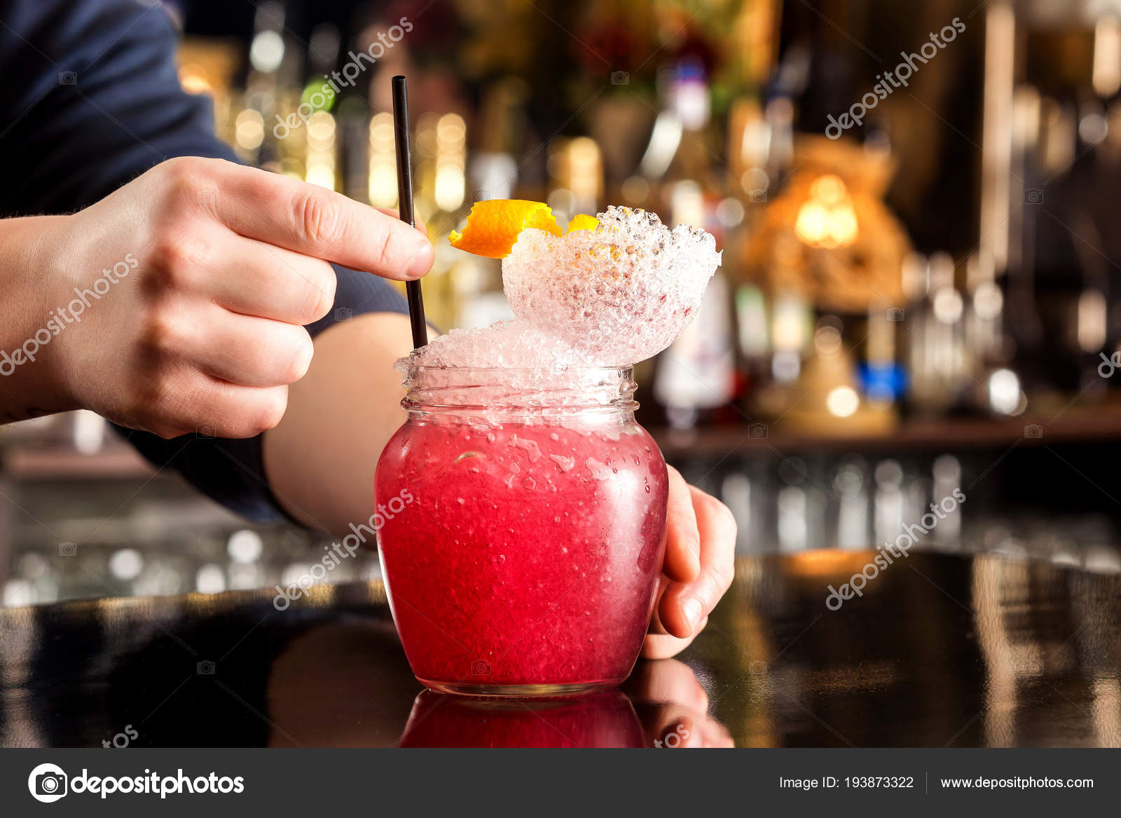Barkeeper Ist Die Rot Cocktail Im Glas Mit Frappe In Bar Theke