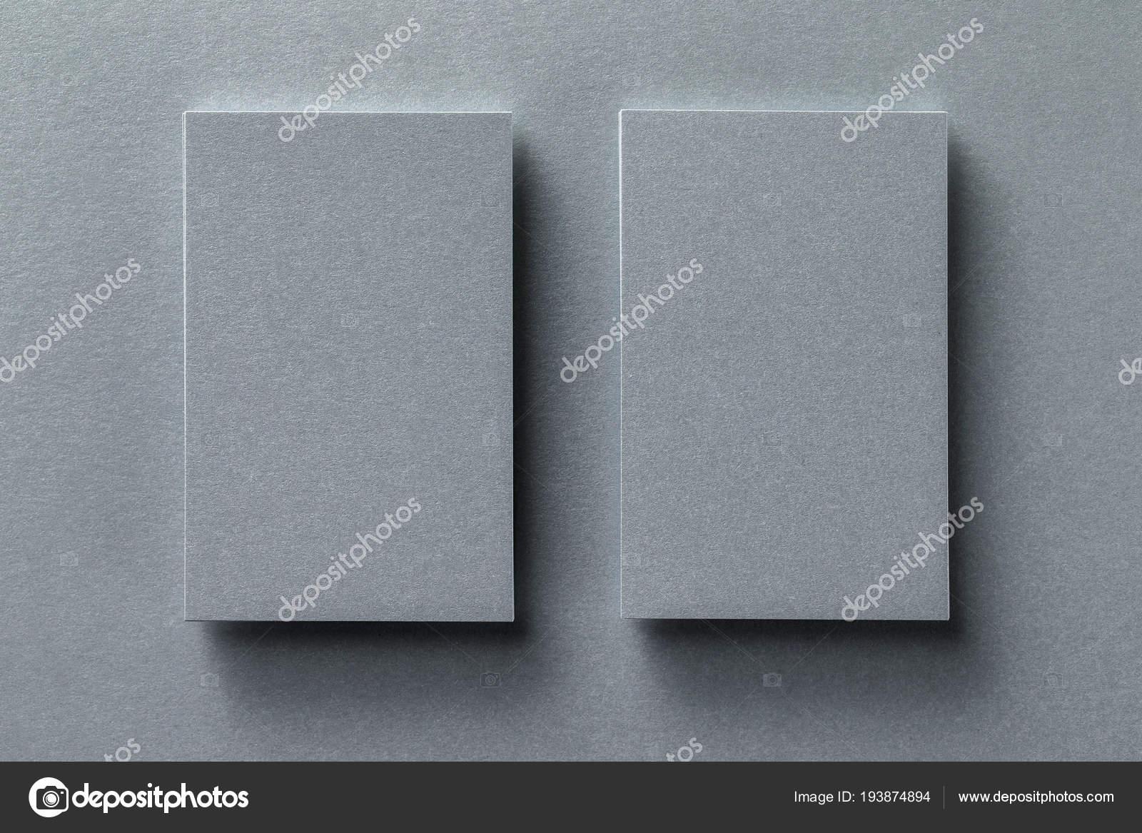 Mock Up Von Zwei Vertikalen Silber Metallic Visitenkarte