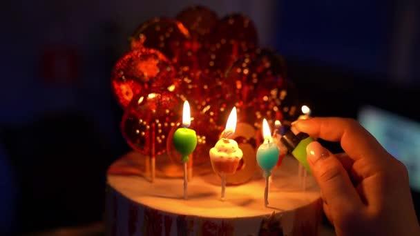 Az édesség tortáján, gyertyagyújtás.