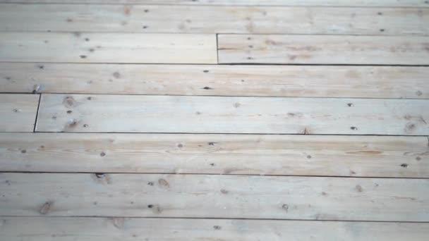 horizontální desky na podlaze a lehké dřevo.
