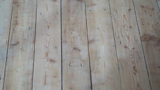 svislé desky na podlaze a lehké dřevo.