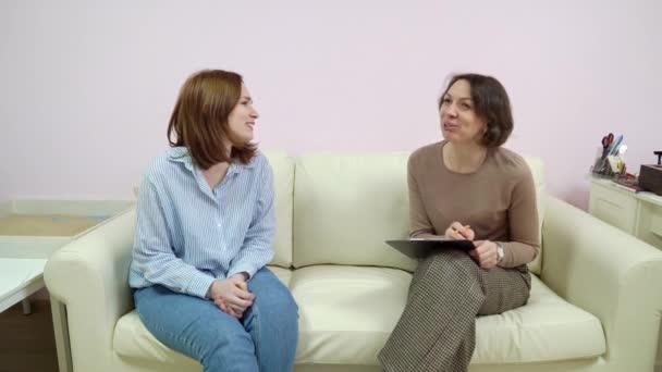 nő nevet pszichológus iroda tanácsadás