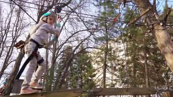 gyermek lány tanulmány mászni kötél Park tavasszal