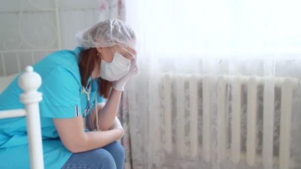 Žena lékař sedí a má únavu