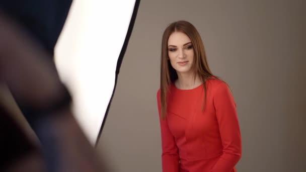 Backstage-Fotoshootings. Mädchen in Rot im Studio.