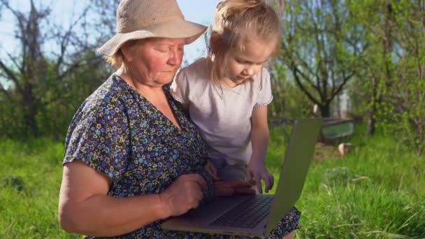 Enkelin lehrt Oma, am Computer zu arbeiten