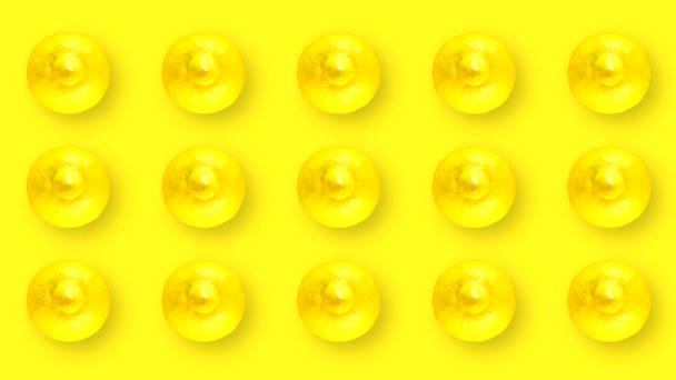 Animációs film mozgó és forgó gyümölcsökkel. 15 citrom héj sárga alapon.