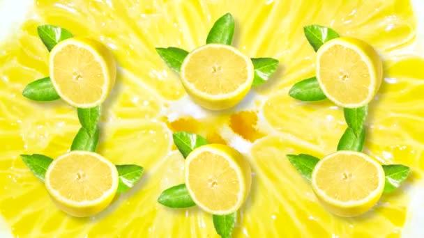 Smyčka animace s citrónem. Několik plátků citronu se zelenými listy se otáčí na pozadí velkého žlutého plátku citrusu.