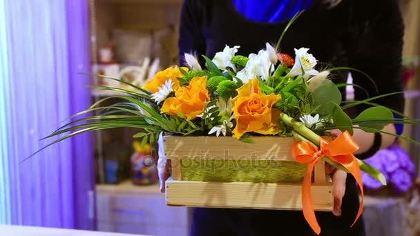Frau Pflanzen Blumenerde im Garten Blumen auf Balkon, Blätter Schneiden von Geranien Blumen an einem sonnigen Tag