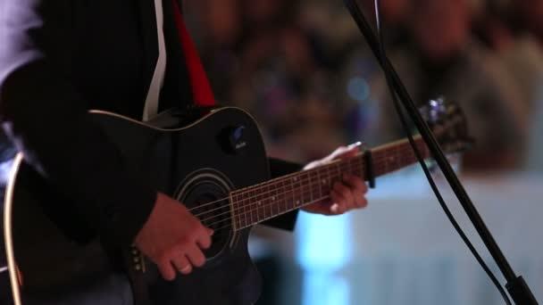 Kytara černá hraje, zblízka střílel