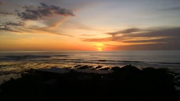 krásný západ slunce na pláži, úžasné barvy, světelného paprsku prosvítající závojem mračen nad Arabského zálivu seascape, Spojené arabské emiráty. Dubaj moře a pláže