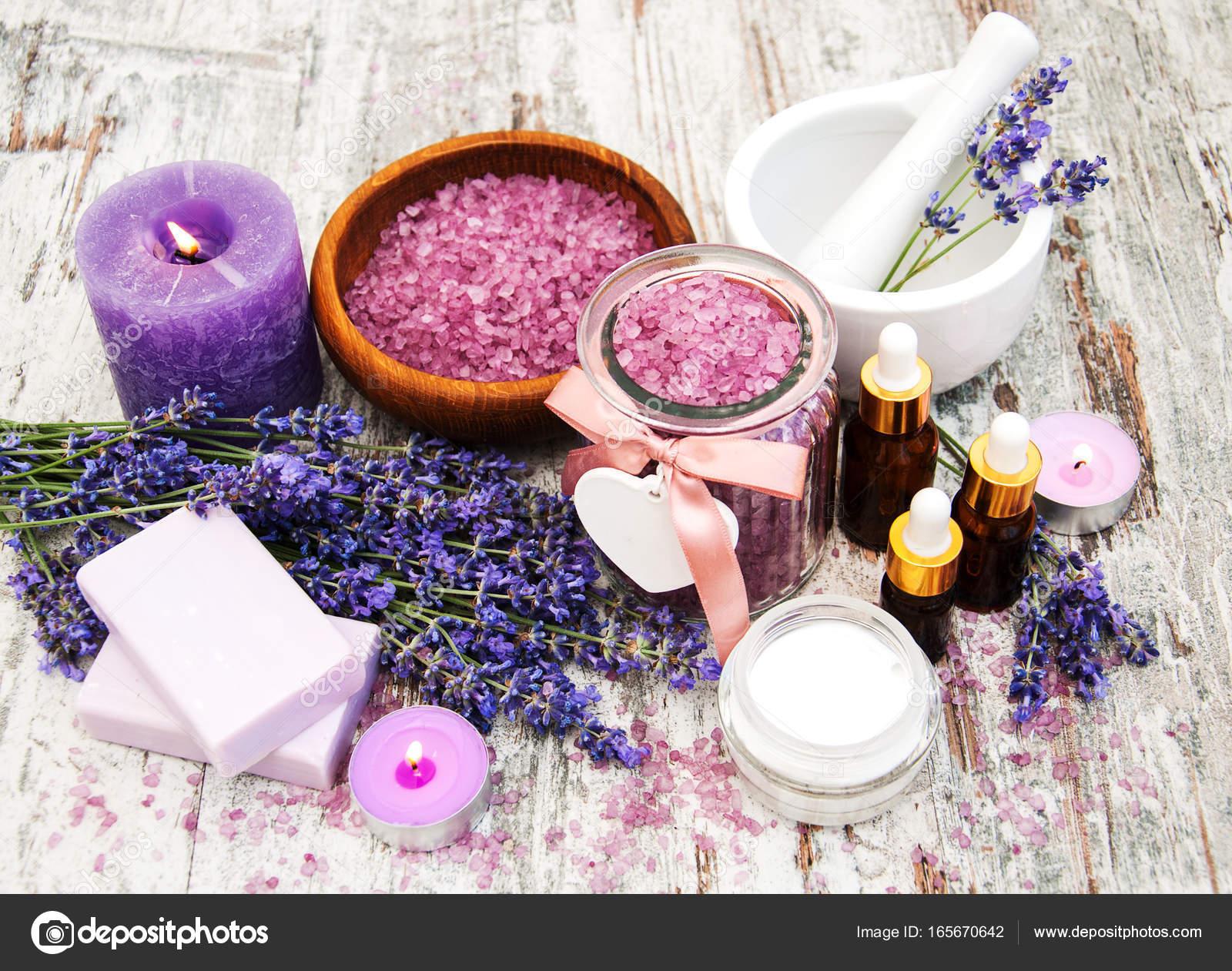 Spa termékek levendula virágot az asztalra — Fotó szerzőtől Almaje ffb430590c