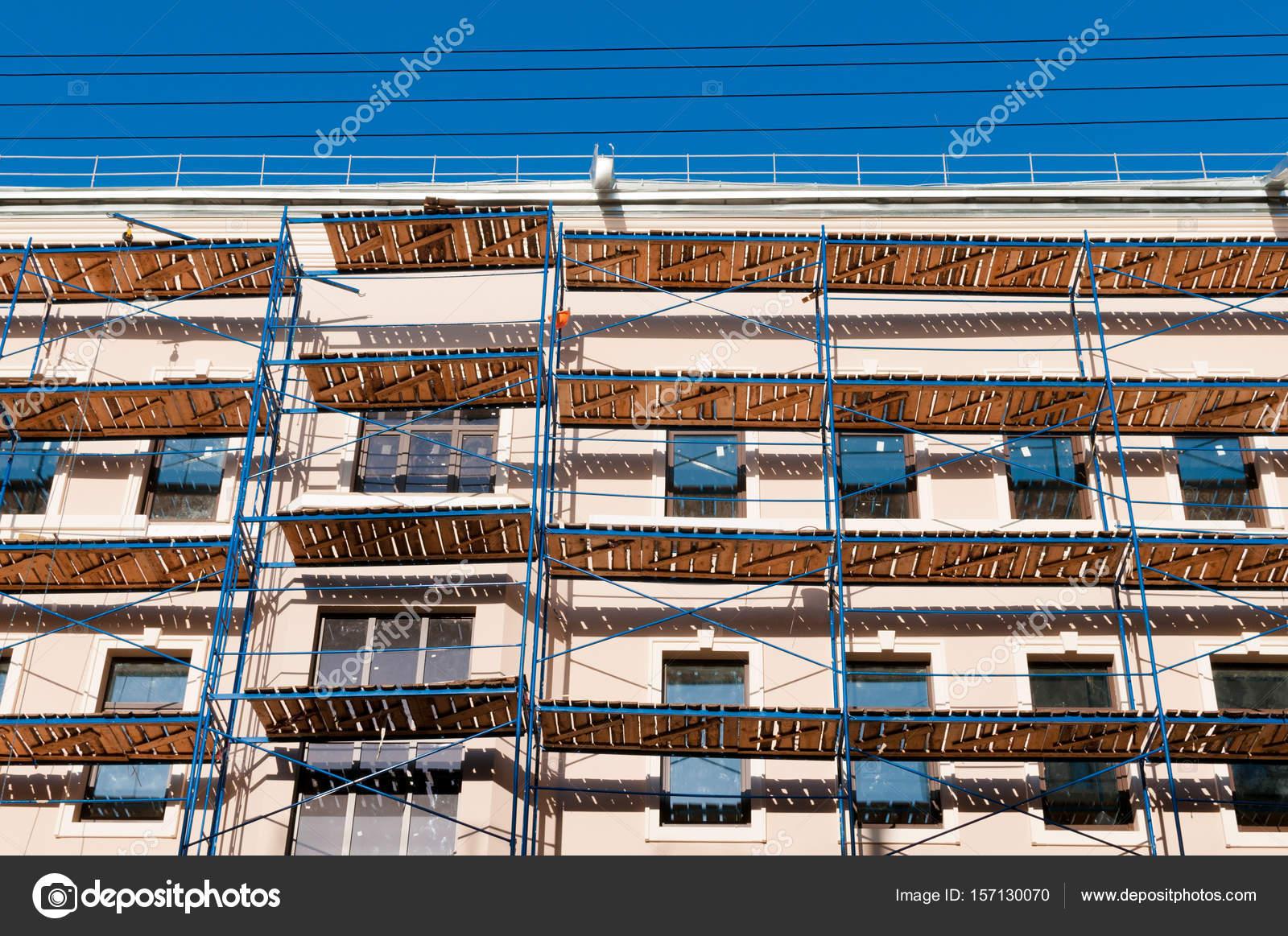 Gerüst auf ein Gebäude-Fassade — Stockfoto © OlgaVisavi #157130070