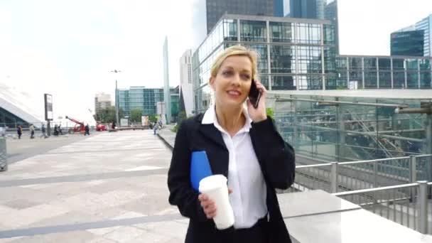 Geschäftsfrau mit Handy im Finanzviertel
