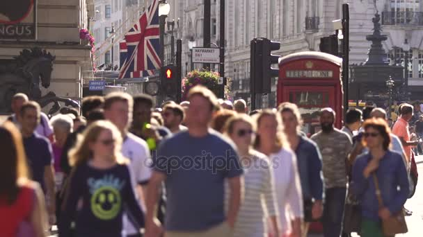 London, People walking on Piccadlilly Circus