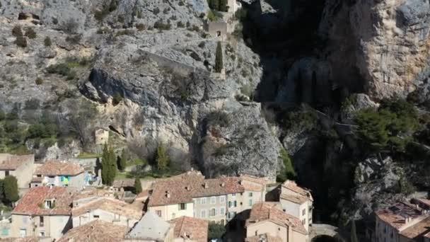 Francie, Alpes-de-haute-provence, Aerial view of Moustiers-Sainte-Marie značeno Les Plus Beaux Villages de France, The Beautiful Villages of France.