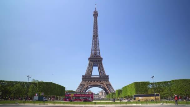 pohled na Eiffelovu věž z jedné z mnoha ulic Paříže