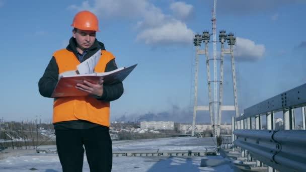 Inženýr tvůrce kontroluje stavebních projektů