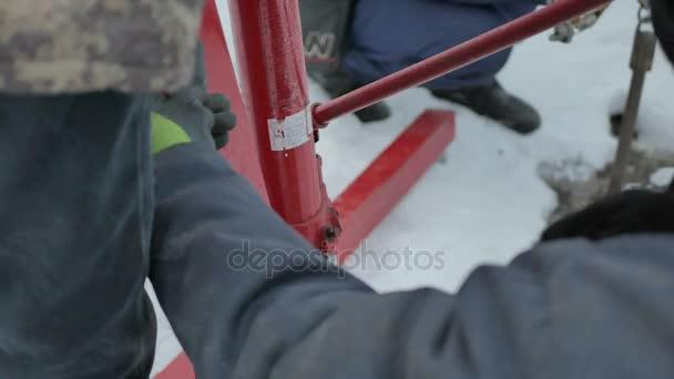 Dělníci pracují s Hydraulický zvedák