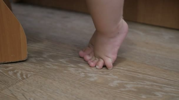 The feet of a child who learns to walk