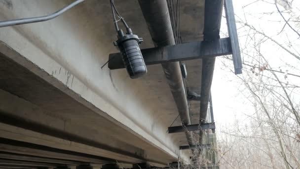 Glasfaserkabel unter der Brücke verlegt