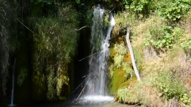Krásný vodopád přírody, Plitvická jezera. Chorvatsko