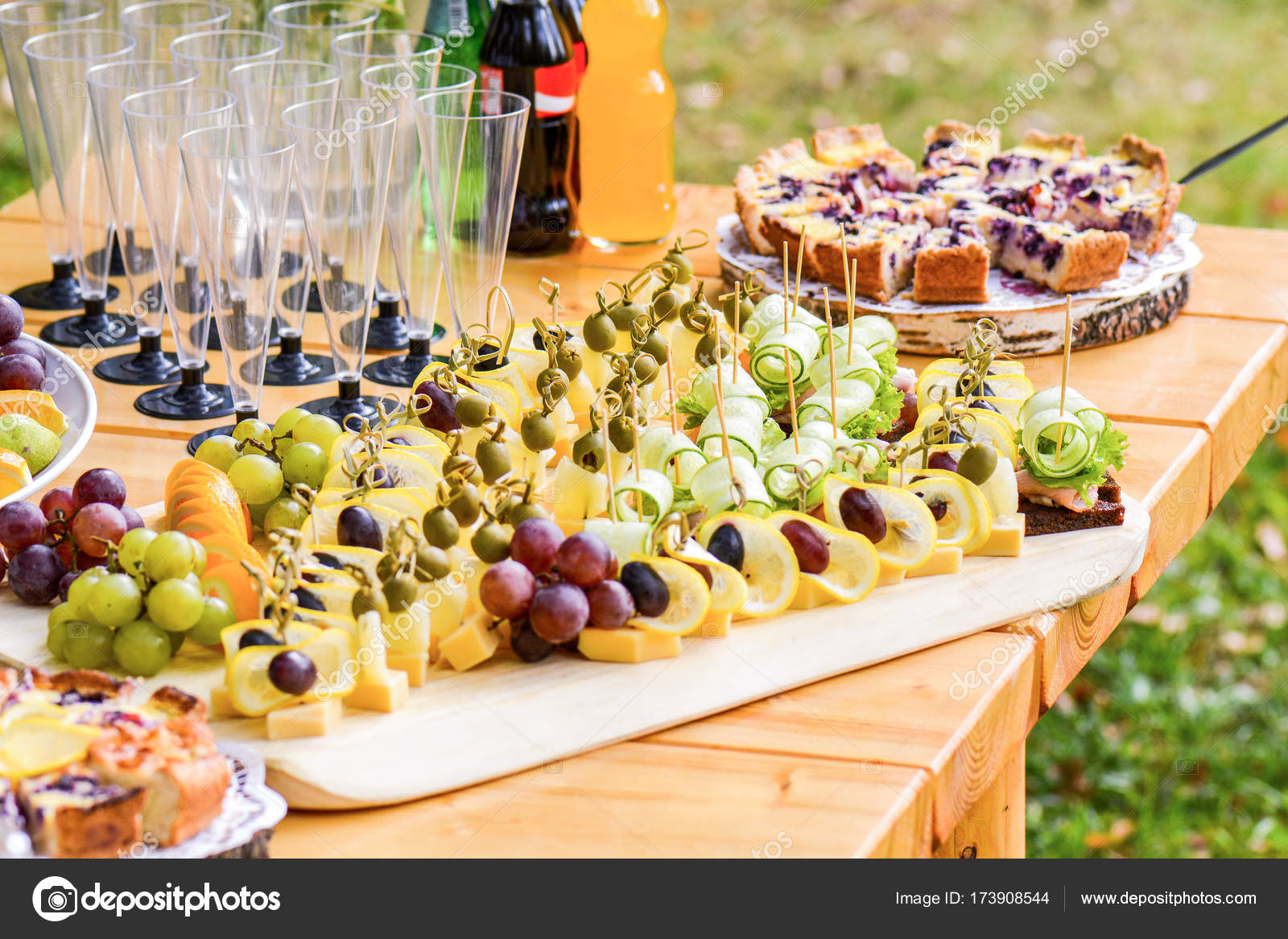 födelsedag mat Vackert inredda med självhushåll bankettbord med olika mat snacks  födelsedag mat