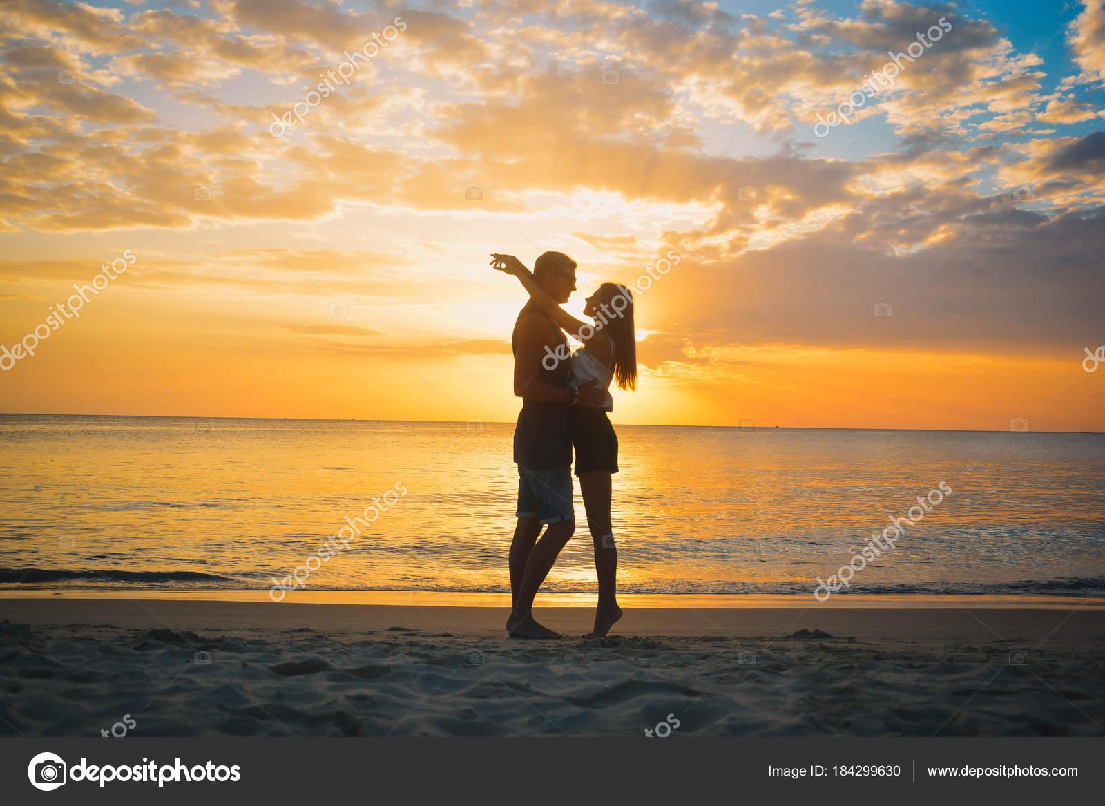 Genoeg Koppel op het strand bij zonsondergang zomervakantie, mooie jonge &LV42