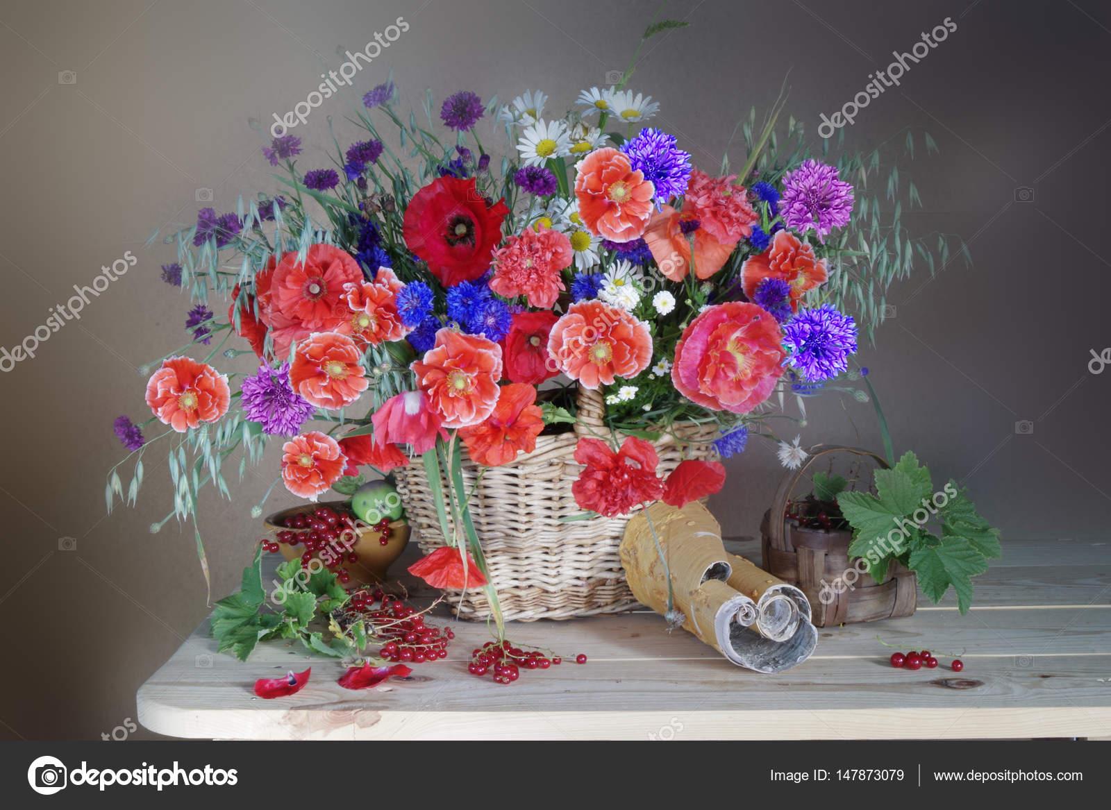 Натюрморт с букет из Маков и полевые цветы в корзине и ...