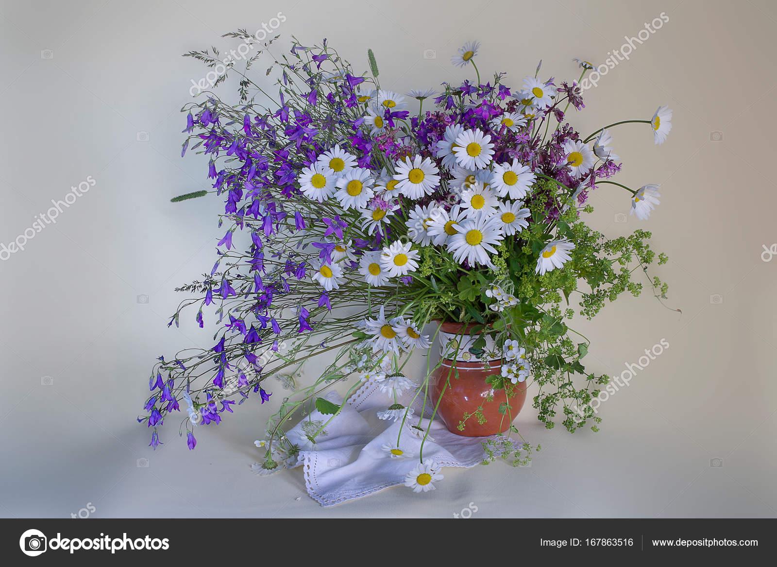 Un bouquet de fleurs sauvages dans un vase photographie alvera 167863516 - Bouquet de fleurs sauvages ...