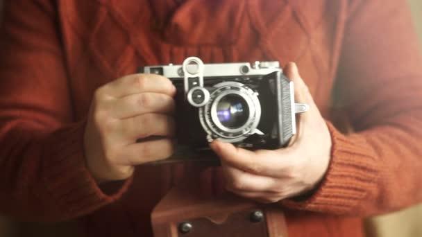 Vintage-Fotokamera in den Händen