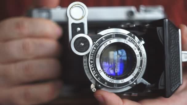 Oldtimer-Fotokamera in den Händen von