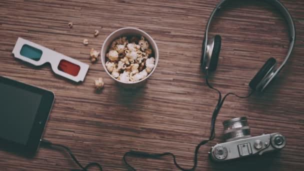 Kino a zábava koncept, digitální tablet, popcorn, 3d brýle, pohled shora