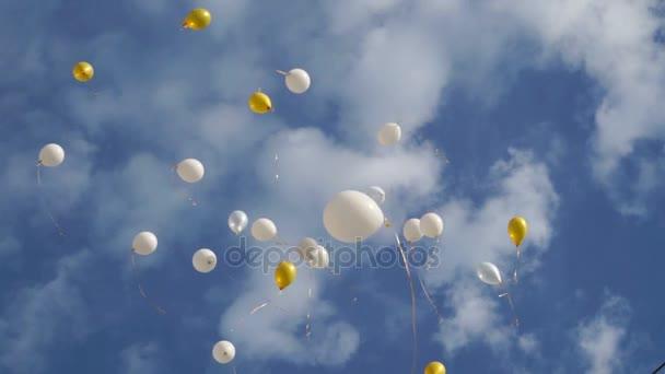 bubliny na modré obloze