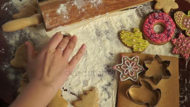 Karácsonyi sütés háttér. A lány írja az asztalra 2017