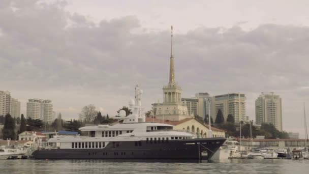 Blick auf den Hafen, Hafen von Sotschi, Russland, Schiffe stehen auf der Seebrücke