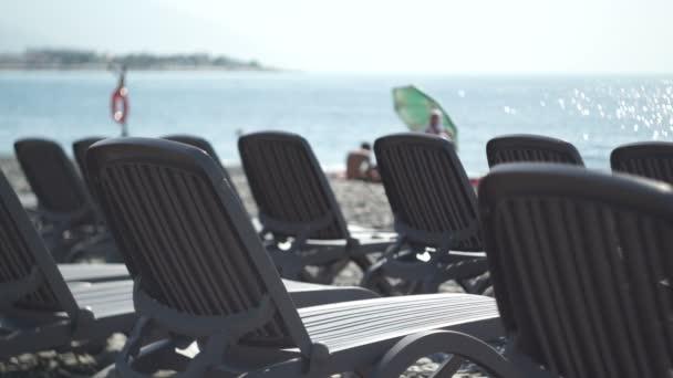 Obchodní krize cestovního ruchu. Prázdné lehátka na pláži
