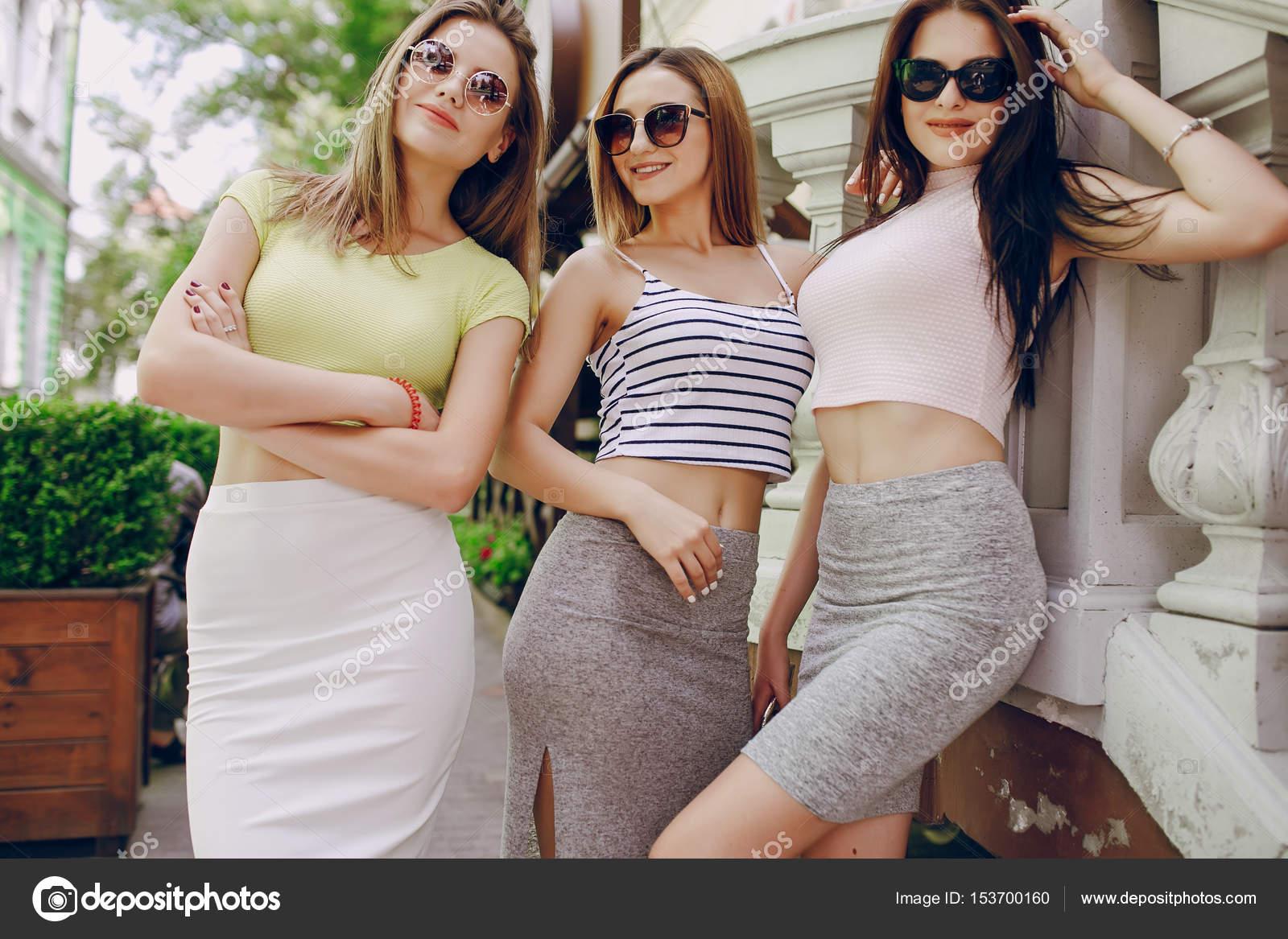 Фото дівчат на вулиці