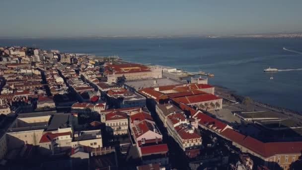 Nádherný pohled na řeku a staré části Lisabonu z výšky