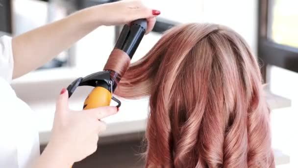 Stylist curling lányok haj modern szépség stúdió