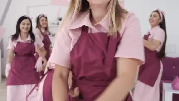 Dívky v purpurové uniformě tančí na konci dne
