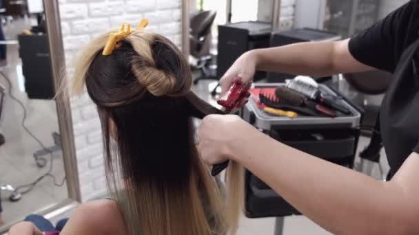 Stylist csinál haj stílus után hajfestés a szalonban