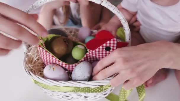 Koš namalovaných velikonočních vajec je na stole