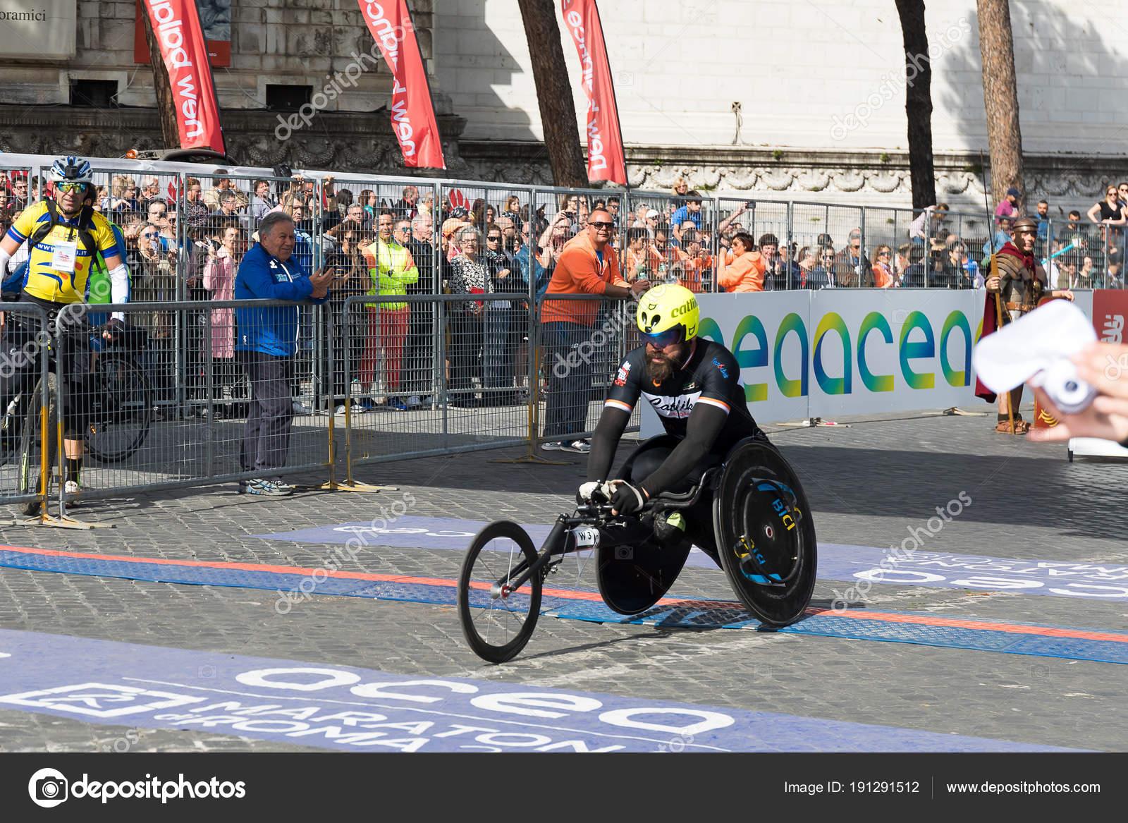 Sedie A Rotelle Roma : Atleta di sedia a rotelle sulla linea del traguardo della maratona