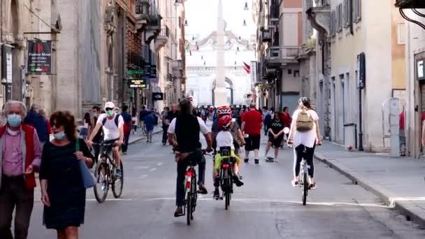 Řím, Itálie - 10. května 2020: Via del Corso, první odchod občanů s koncem omezení pro pandemii Covid-19. Cyklisté jezdí na kolech, lidé se procházejí v ochranných maskách.
