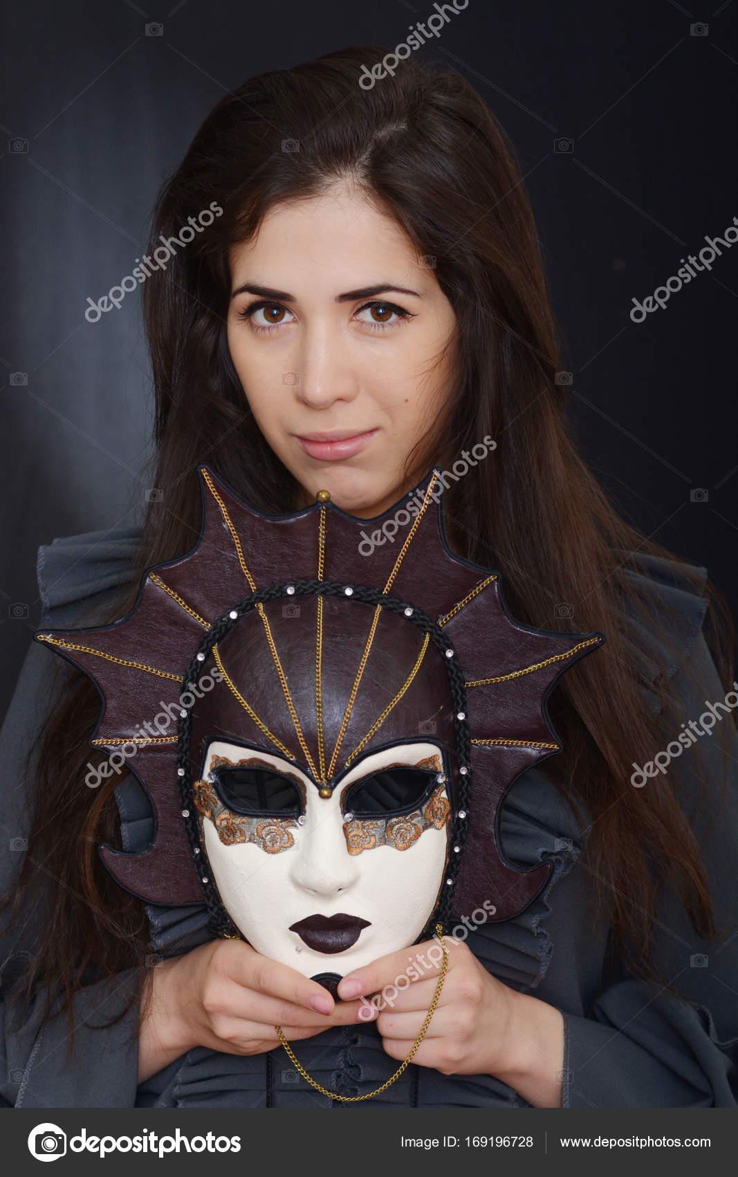 Фото девушки брюнетки в маске связывает