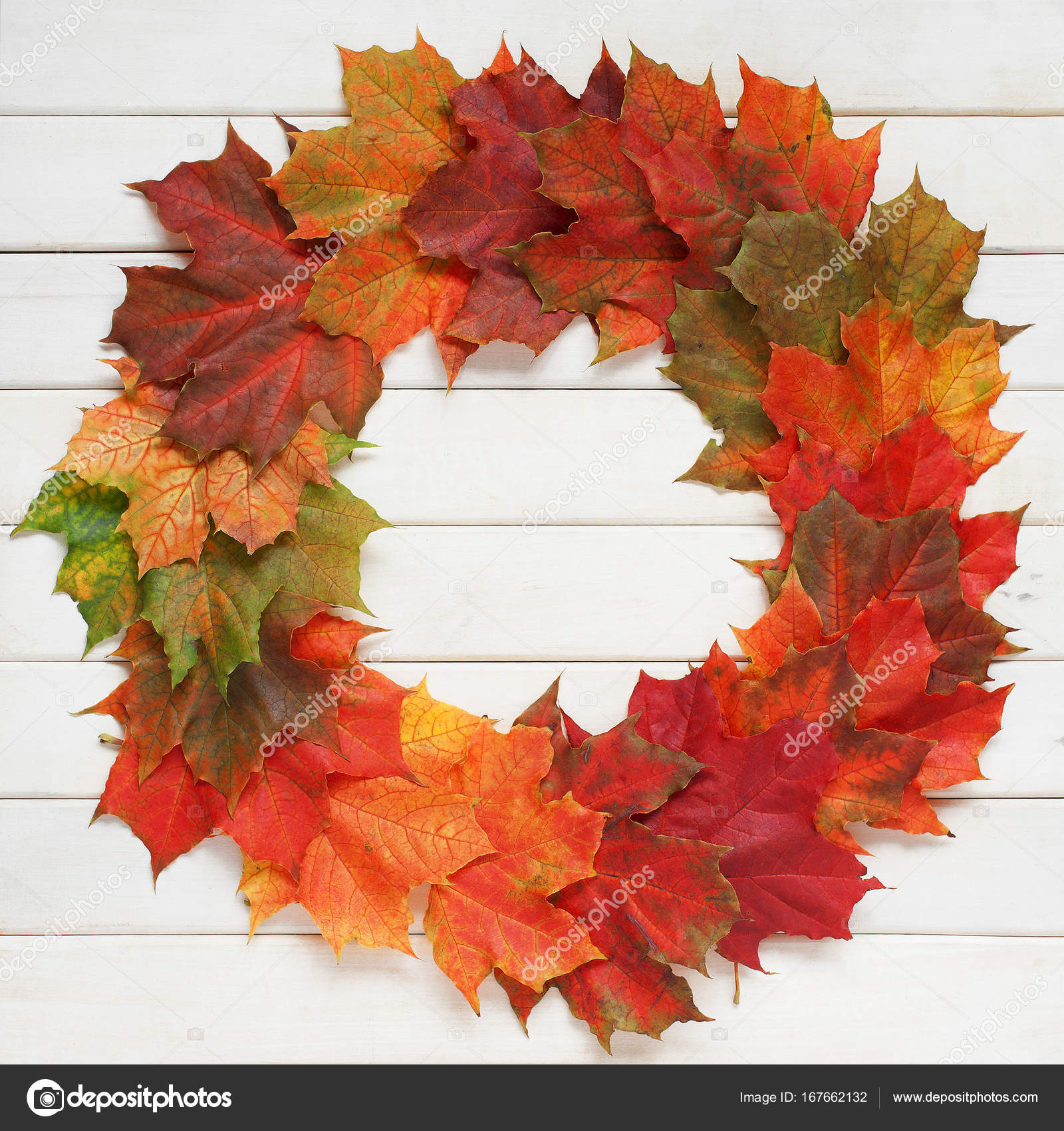 Brillante corona de otoño hojas de arce en el fondo de madera — Foto ...