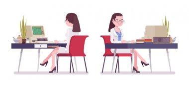 Masa başında çalışan kadın bilim adamı
