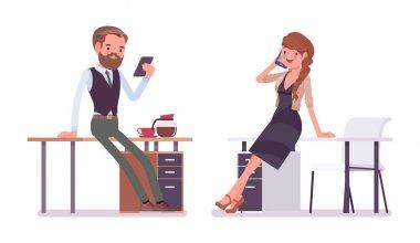 Yakışıklı ve çok erkek ofis çalışanı yakınındaki bir Resepsiyon