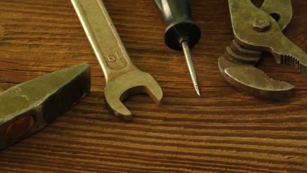 Sada starých nástrojů pro opravu na dřevěný povrch: kladivo, kleště, klíče, šroubovák, nůžky
